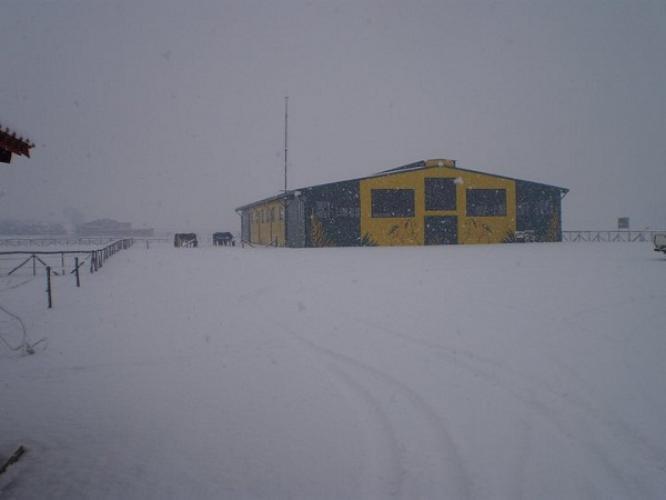 άποψη από το χιονισμένο Κέντρο Θεραπευτικής Ιππασίας Σερρώ